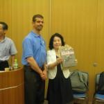 中島会長にはエレンズバーグのロディオの写真がプレゼントされました。