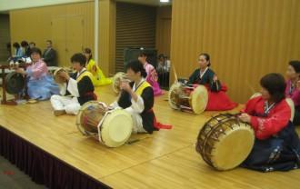 オープニングは、華やかに朝鮮半島の伝統楽器チャンゴの演奏から。