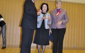 コリーン・カイムさんからブルーマウンテンズ市が3部門の内2部門で受賞したトロフィーの内1個を竹内市長にもう1個は中島SIA会長に授与されました。