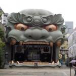 難波八坂神社。大阪市内にこんな大きなモニュメント?この獅子は高さ12メートル。何を守っているのでしょう。