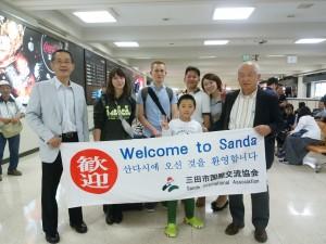 大阪空港にてホストファミリー、協会スタッフがお出迎え。
