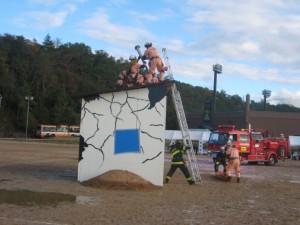 グラウンドでは倒壊家屋での救出訓練などが行われました。