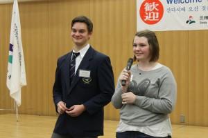 留学生のジェナ ウーリーさんとアンソニー プジックさんが日本語でごあいさつ