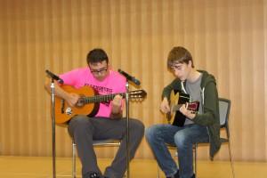 エレンズバーグからの留学生のギター演奏 曲はイーグルス ホテルカルフォルニア 懐かしい曲でした
