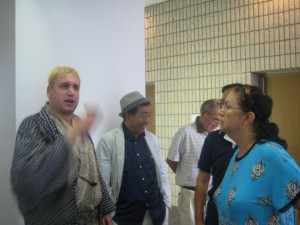講演後、日本語サロンのグロリア・ウォリントンさん(シンガポール出身)とシンガポールの話をしていました。