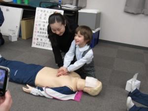 お母さんと心臓マッサージの練習です