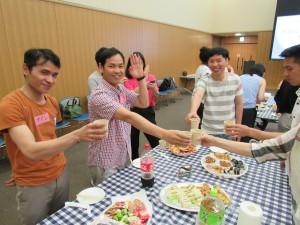 ベトナムの乾杯は 「 モ ハイ バ ヨ 」 手は高く上げません