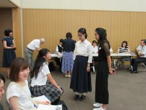 開催前にエリザベスさんが参加者と交流