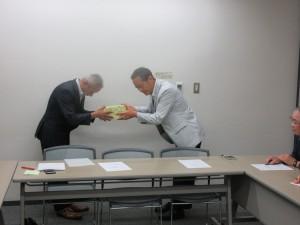 中村姉妹都市委員長から三田市長からのメッセージと記念品が渡されました