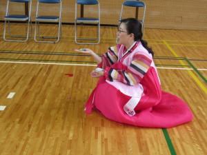 韓国の遊びの紹介です おはじきの様な物をお手玉の様に遊びます