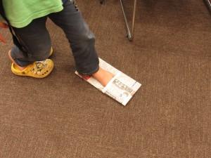 災害の時、床は危ない物が散乱しているかもしれません