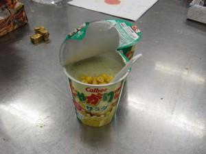 スナック菓子にお湯を入れてポテトサラダを作ります