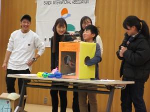 関西国際大学グローバル教育センターの皆さんによる 箱の中身はなんでしょう
